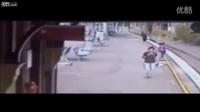 太惊险了!熊孩子在即将被火车撞到的瞬间被一位女士救起!