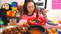 【微博@学姐宿舍】爱凤吃播-炖鸡+汤+蔬菜夹心面包+炸酱炒饭