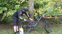 视频: Car Park Bike Wash – How To Clean Your Mountain Bike After A Ride#登山车151106