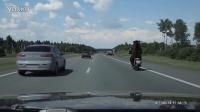 视频: 公路惊险狗熊骑摩托 打招呼后看醉了!
