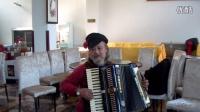 成都俄语歌友聚会(13)托利亚从俄罗斯买了一顶手风琴演奏帽送给我