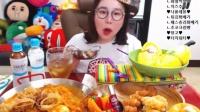 【微博@学姐宿舍】爱凤吃播-炸海鲜配炒年糕+面包+芒果