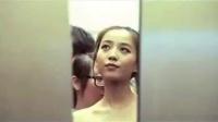 美女赶时间裸身上电梯,身体让色男看光了