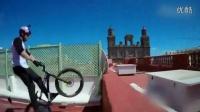 视频: 男子骑单车在屋顶上自由穿梭 翻跟斗跃入海中