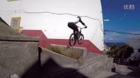 视频: 【怪咖搞笑】男子骑单车在屋顶上自由穿梭 翻跟斗跃入海中