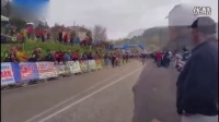 视频: 赛车手近终点时爆胎步行 对手刹车跟随拒绝超越_高清