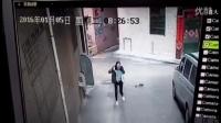 【拍客】东莞一女子上班途中遭卡脖抢劫