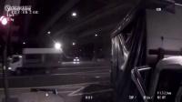 轿车与小货车相撞司机挂在车外