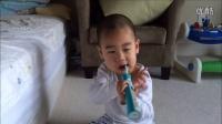 小宝自己用电动牙刷刷牙