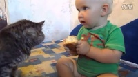 俄罗斯小孩儿和喵星人一起吃面包