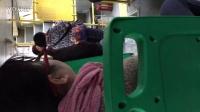 596路公交上一个肥女人嗑瓜子吐的满地都是瓜子壳,没教养的东西给我大武汉抹黑!2016.1.28上午9:42