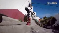 视频: 男子骑单车在屋顶上自由穿梭 翻跟斗跃入海中_标清