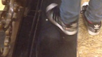 美女阿迪达斯运动鞋
