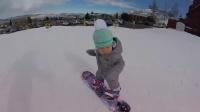 熊孩子淡定滑雪萌呆了