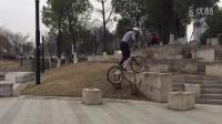 视频: 单车飞檐走避