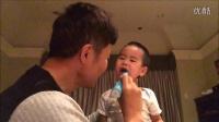 爸爸用电动牙刷给小宝刷牙