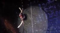 【5岁萝莉跳钢管舞 性感与萌劲并存】一名5岁女孩,凭借娴熟的技巧,在钢管轻松展示|新闻晨报