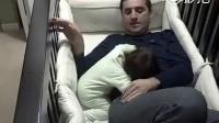 女儿一直哭闹,爸爸就躺进摇篮里哄着她睡觉,闺女睡着以后爸爸各种尝试离开都失败了,|笑死了二师兄