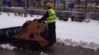 养殖场专用推粪板清扫器小铲车迷你滑移山猫装载机推土机推土板挖掘机小型装载机迷你滑移装载机工作视频