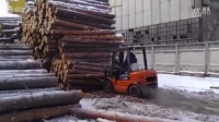 铲车司机铲三米多高木头 最后恐怖的事情发生了
