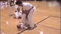 教练假装袭击小女孩,小男孩英雄救美。。。