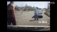 前车起步太慢,后车司机一脚油门撞了上去,接下来一幕让人傻眼了