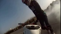 视频 漂亮女孩的超酷摩托特技