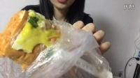 吃播 肉松鸡蛋面包 提子核桃面包 米饭 两碗 牛奶 乌骨鸡豆腐 猪蹄羊肉 咸鸭蛋#吃货爱美食#
