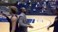 教练对每个球员都有特别的握手方式