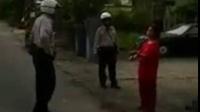 台湾警方快速说服手持镰刀威胁割腕的妇女