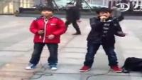 王源和王俊凯出道前街头献唱《人质》