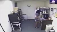 监控:女子偷喝同事牛奶 最后居然用自己母乳填充!