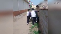 """网曝胶州3名中学生殴打1男生 拍摄者""""调戏"""":还手啊,青年"""