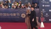 """金宇彬现身北京国际电影节闭幕 朱茵白百合""""黑白配""""争艳 160424"""