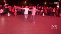 俩男人广场上跳了一支舞,感觉要上天,背景音乐真好听