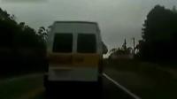 【转载】女生高速上臀部伸出校车窗口向外大便