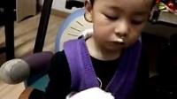 小花猫吃面包