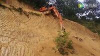 实拍牛人开挖掘机下陡峭山坡 师傅你杂技团来的吧