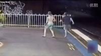澳洲女孩车站恶作剧 火车来临前将朋友推向铁轨