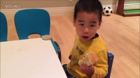 小宝训练课前吃面包片夹花生酱