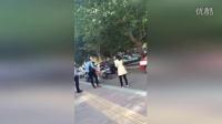 """网曝电动男重拳女子头部 围观爷们集体""""教育""""电动男"""