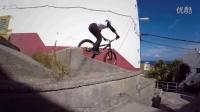 视频: 超牛城市骑行:骑着自行车在屋顶上跳跃