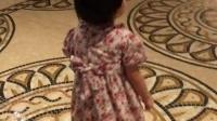 女儿在威尼斯人嬉闹