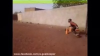 看看非洲足球小孩的训练方式