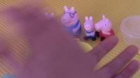 猪妈妈给小猪佩奇乔治做草莓蛋糕 小猪佩奇很爱吃草莓蛋糕