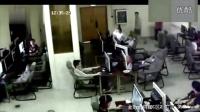 监拍男生玩手机触电身亡
