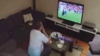 女朋友弄了个恶作剧恶搞正在看球的男朋友,结果。。。