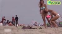 比基尼妹纸沙滩求人按摩 路人内心是崩溃的