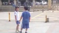 路遇小学生分手:你酸奶是我买的 辣条是我买的 你把我当什么啊
