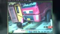 【拍客】监控拍摄大货车撞进高速收费站惊魂一幕